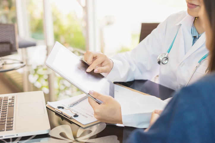 equipo médico gestionando las finanzas de la consulta