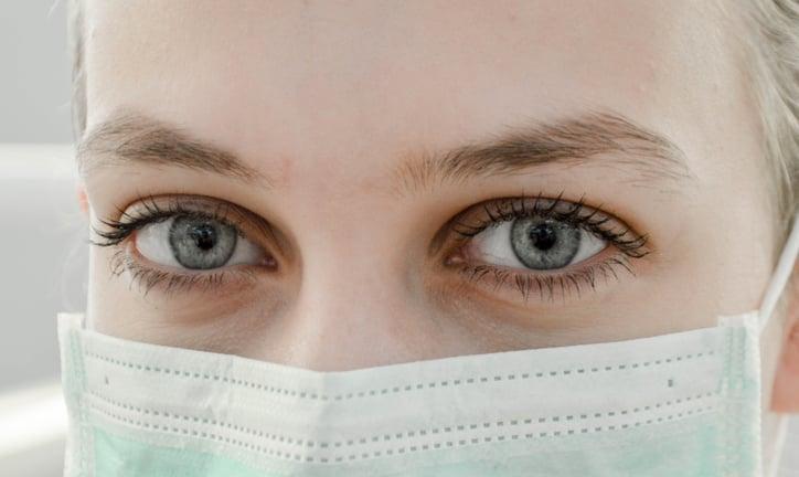 Doctora con mascarilla afectada covid-19