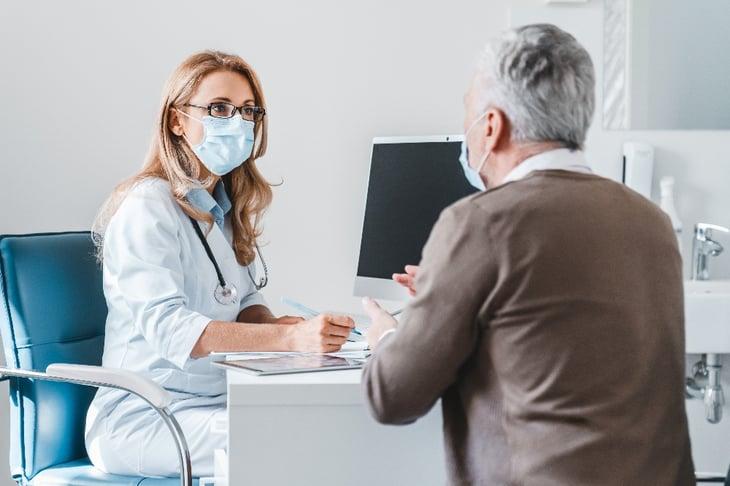 médico en la consulta con su paciente