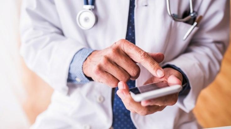 Doctor consultando el móvil