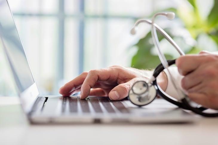 doctor-ordenador-fonendoscopio-internet-1